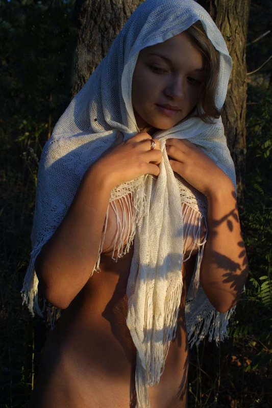 Молоденькая амазонка ходит по лесу