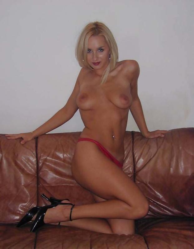 Носатая блонда готова трахаться на коричневом диване