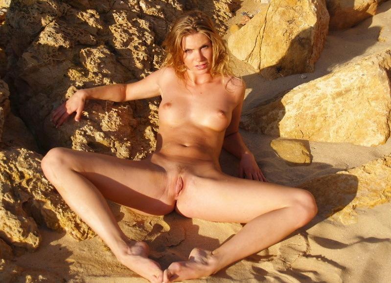 Эля голышом лазает по скалам в Крыму секс фото