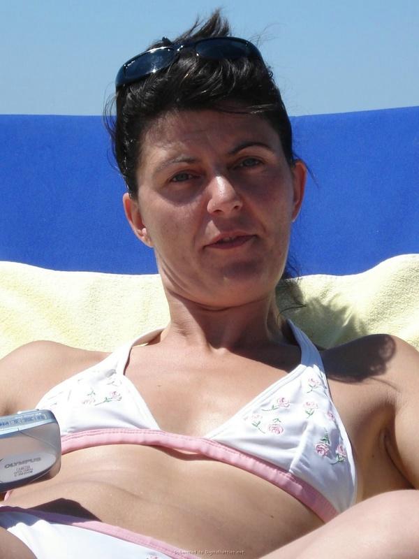 Топ-модели в купальниках проводят день на песке смотреть эротику