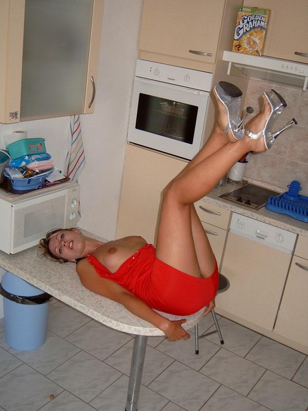 Озорница растопыривает ножки демонстрируя что на ней нет нижнего белья