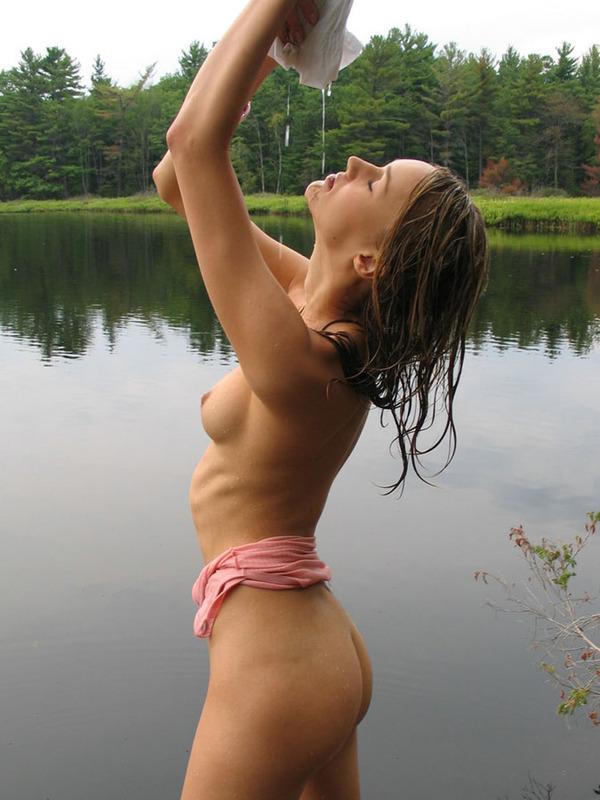 Мокрая Алена раздевается у реки
