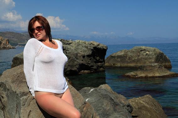 Леди сидит голой сракой на прибрежных камнях