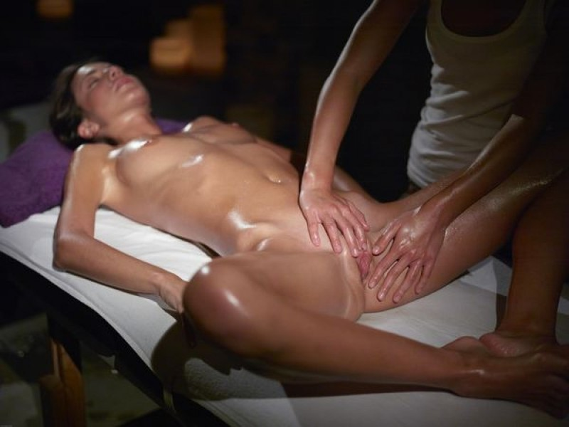 Загорелая брюнетка получила интимный массаж в салоне