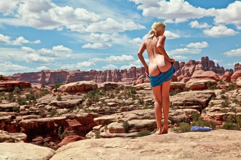 Умница снимает нижнее белье около каньона в Колорадо