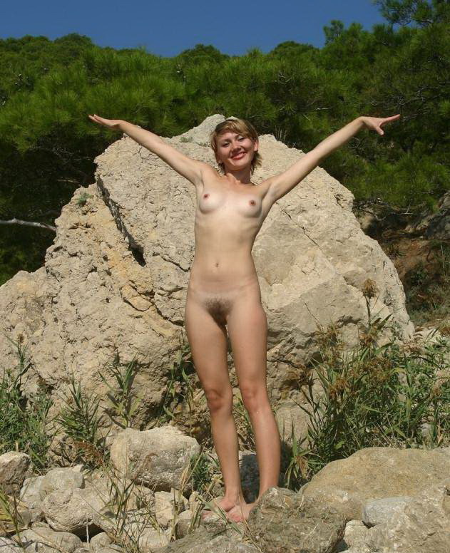 Маша все с себя скинула на природе