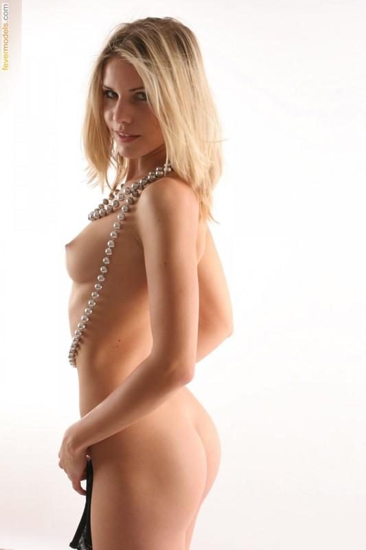 Салли скинула с себя бикини стоя на белоснежном фоне