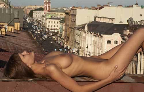 Сумашедшая Елена гуляет раздетой в Питере по крышам