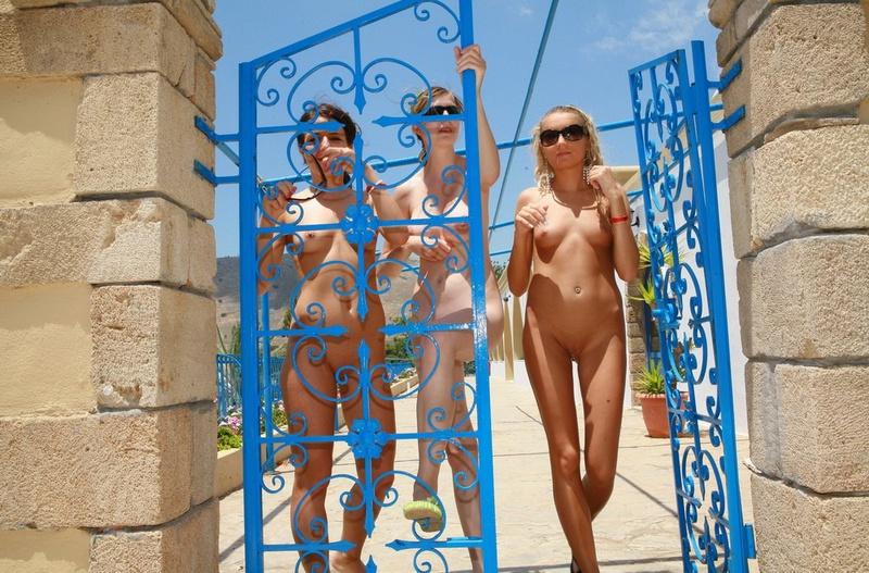 Три спортсменки без трусов стоят у ворот