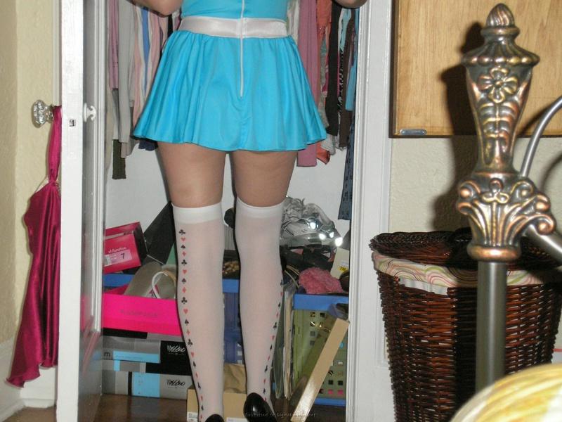 Баловница фотографируется в комнате в соблазняющем платьице