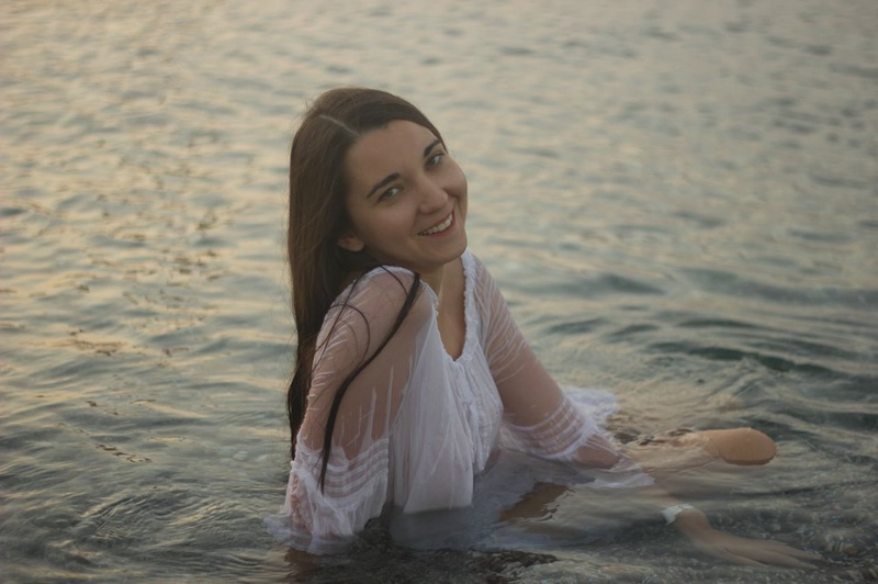 Прелестная милашка купается в озере в прозрачном платье