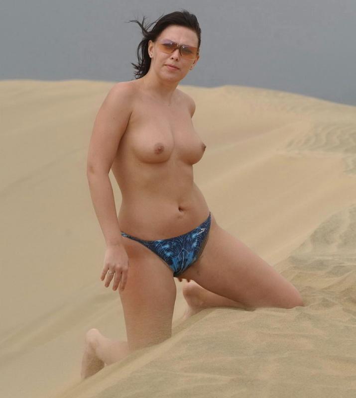 Вертихвостка обнажилась в песчаной пустыне смотреть эротику
