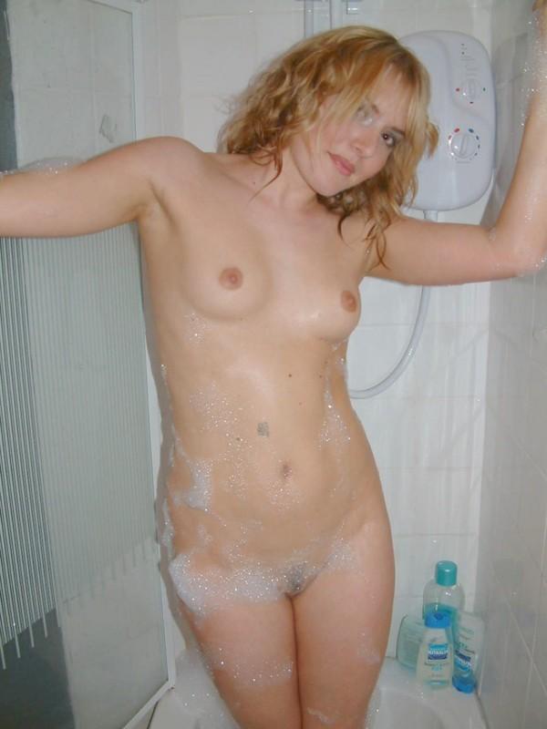 Сексуальная Денис купается в ванне