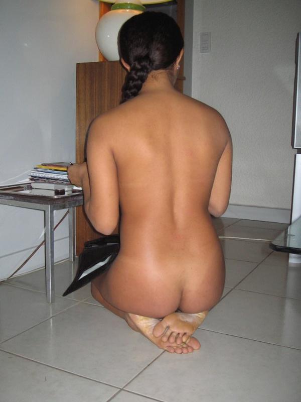 Африканка развлекается на берегу моря без одежды