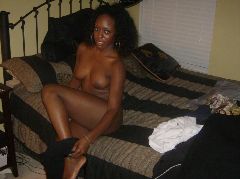 Африканка сняла всю одежду дома смотреть эротику
