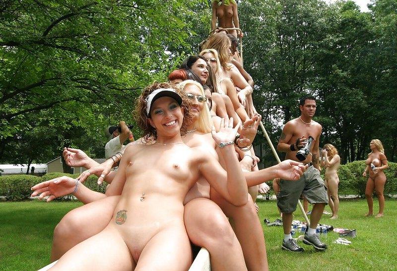 Нагие шалавы резвятся на лесбийской вечеринке