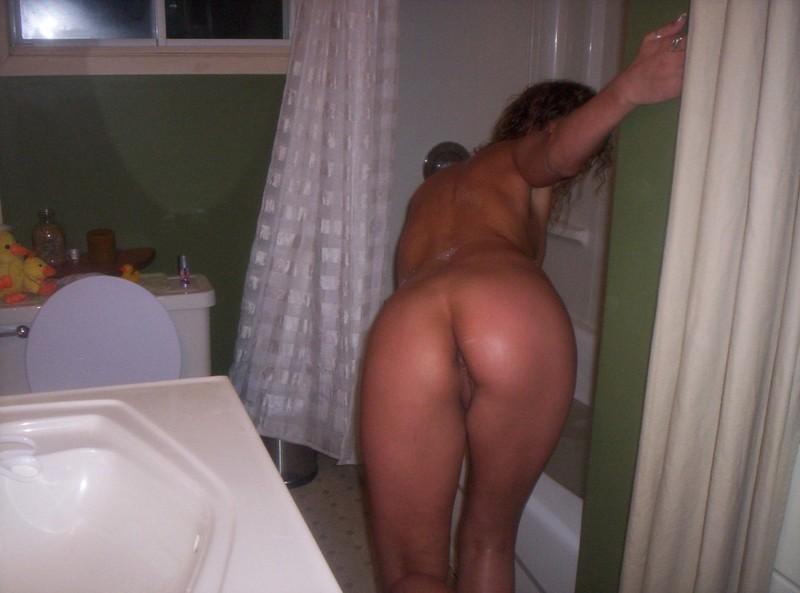 Барбара позирует, показывая розовую киску