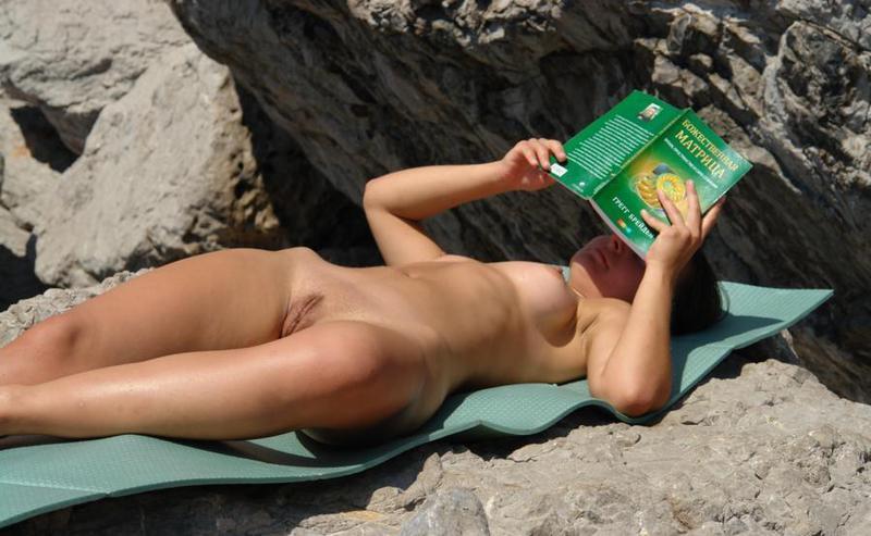 Хорошенькая сеньорита любит загорать голой на камнях
