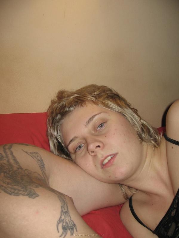 Стремная шалашовка валяется в постели почти голая