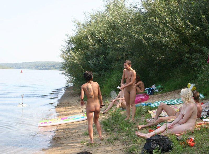 Голые мамки играют в бадминтон на пляже