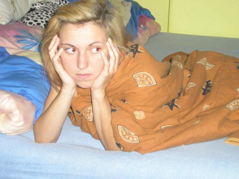 Раздетая девка только что проснулась не на своей постели
