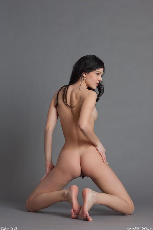 Таня показывает сокровенные места на сером фоне