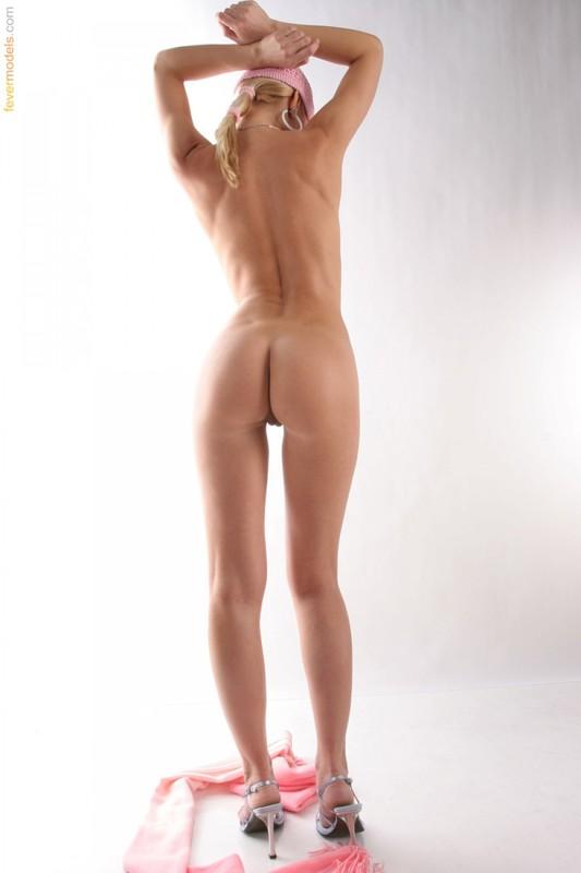 Эвелин делает селфи в непристойных позах не снимая шапку секс фото