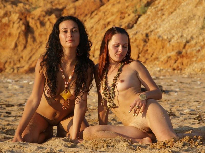 Раздетая стерва сидит на песке с подружкой