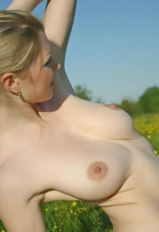 Бледная Мария без нижнего белья озорничает в поле