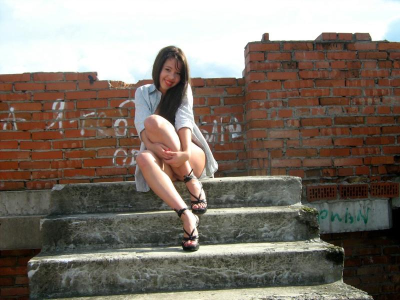 Голая азиатская женщина гуляет по заброшенной стройке