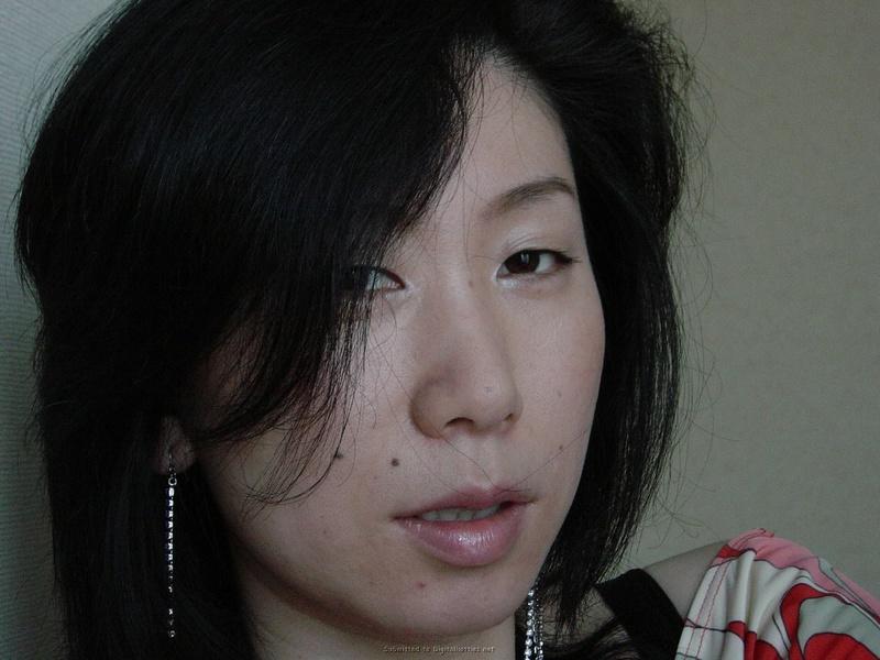 Японочка демонстрирует мохнатую пизду на камеру