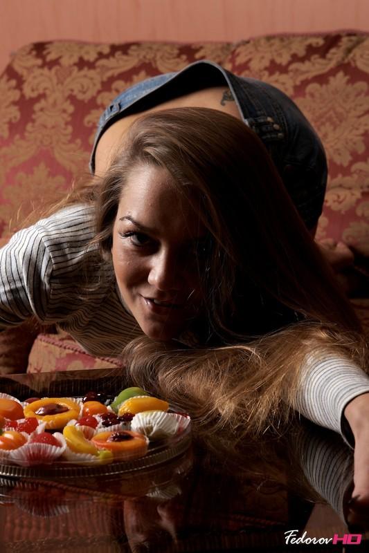 Валентина наслаждается десертом на диванчике