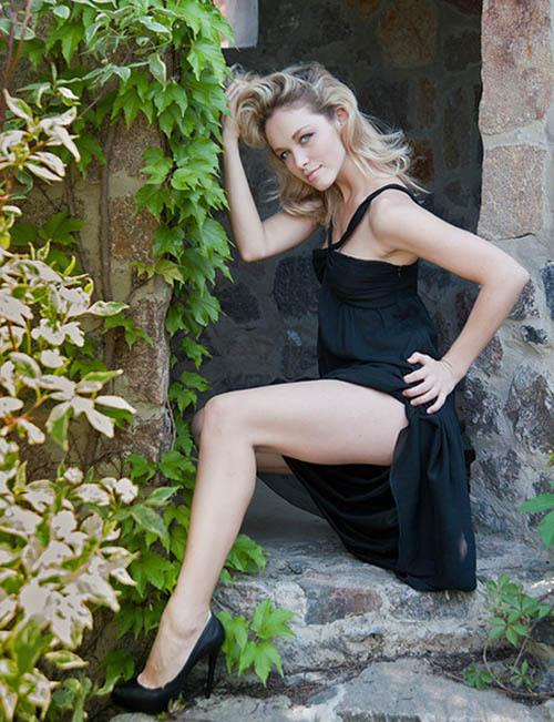 Блондинка фотографируется в студии для очередного журнала