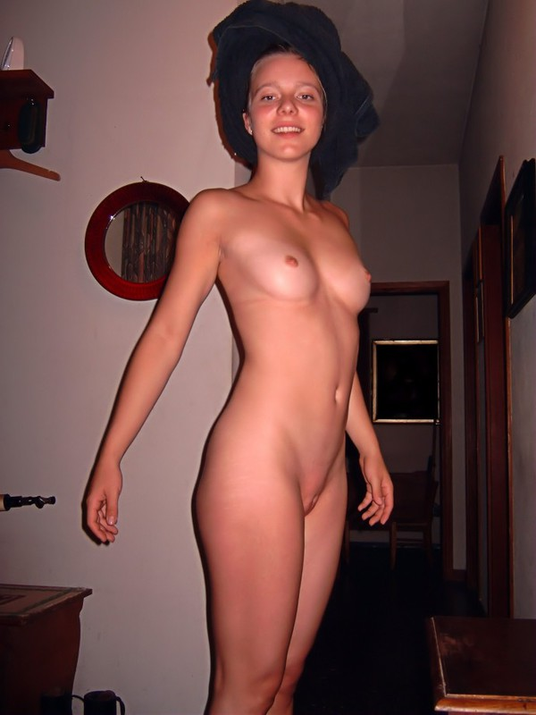 19-летняя красоточка развратничает в домашних условиях секс фото