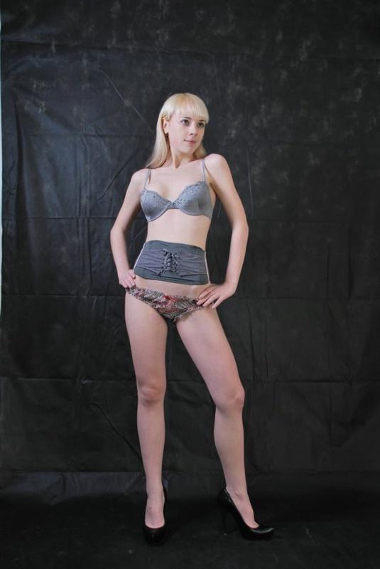 Фифа нагнулась и продемонтстрировала нагую вагину под красной юбкой