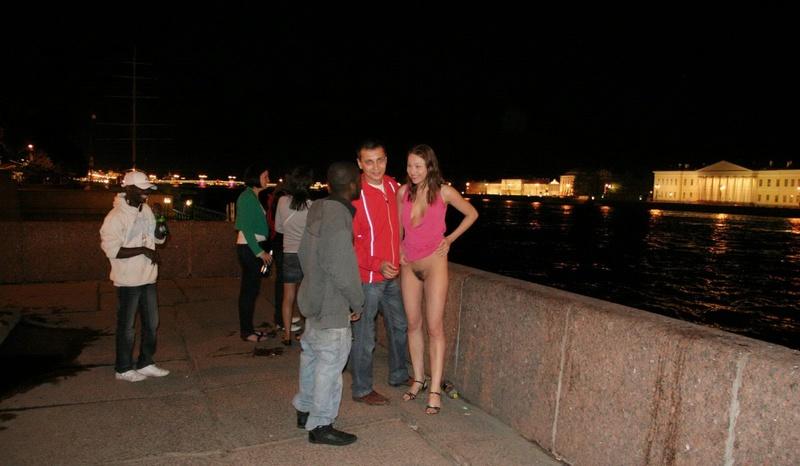Сучка хвастается пушистой вульвой на людях ночного Петербурга