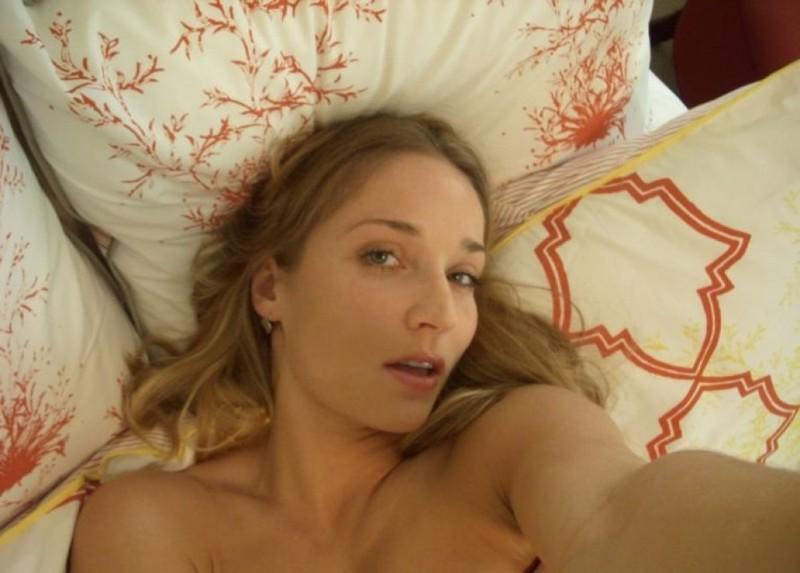 Обнаженная Бетти лежа в кроватке фотографируется