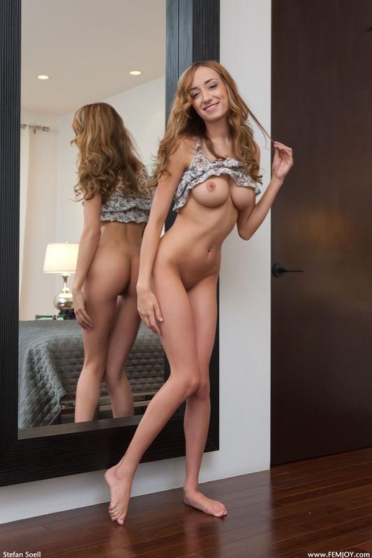 Виктория рассматривает себя перед зеркалом
