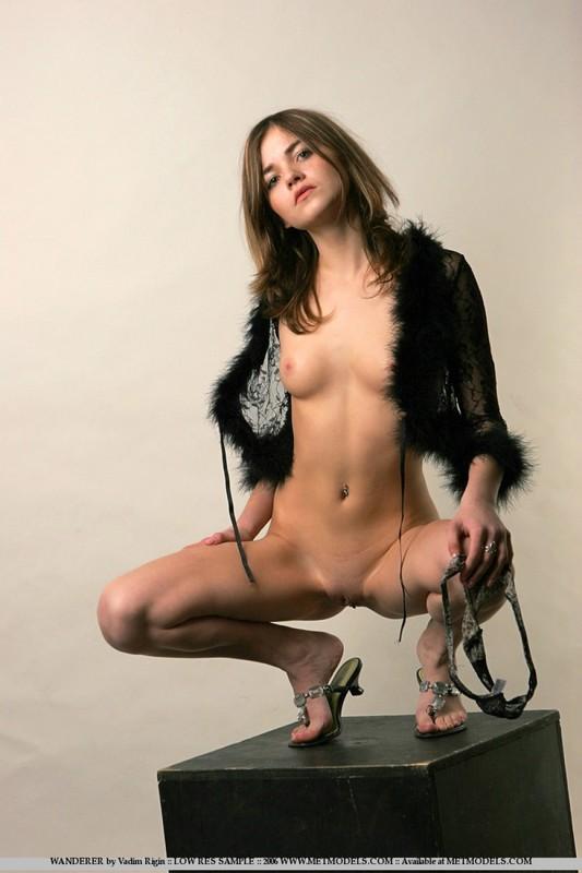 Очаровательная Елизавета расставила ножки на черном кубе