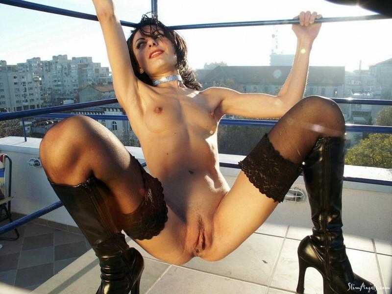 Аделина расставила ножки на смотровой площадке