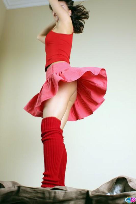 Алиса в полной юбочке резвится в спальне