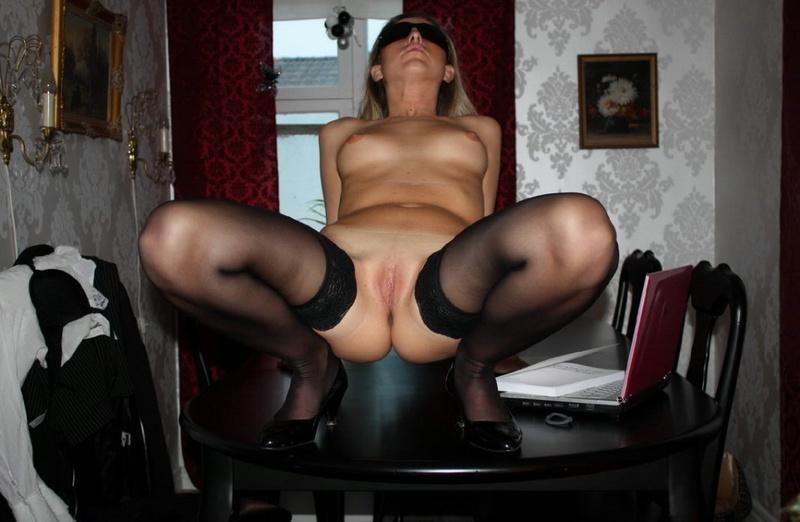 Сучка разводит ноги на чёрном столе