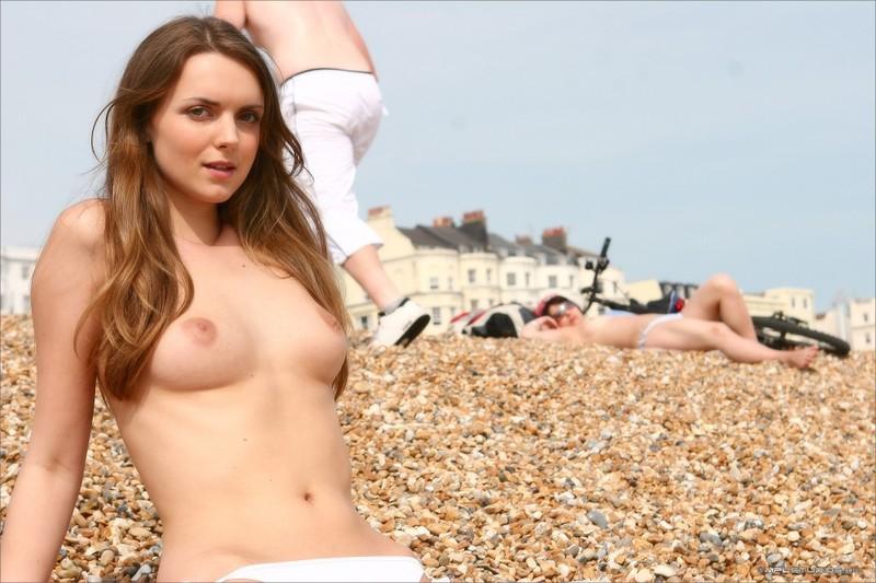 Бриджит стаскивает джинсовую юбочке на пляже