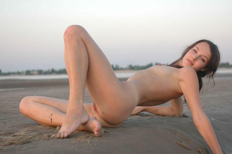 Вечером на пляже радостная дева щеголяет голая