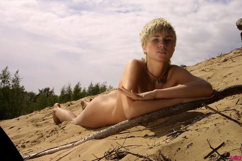 Коротко бритая Виола сняла трусы на песчаном склоне секс фото