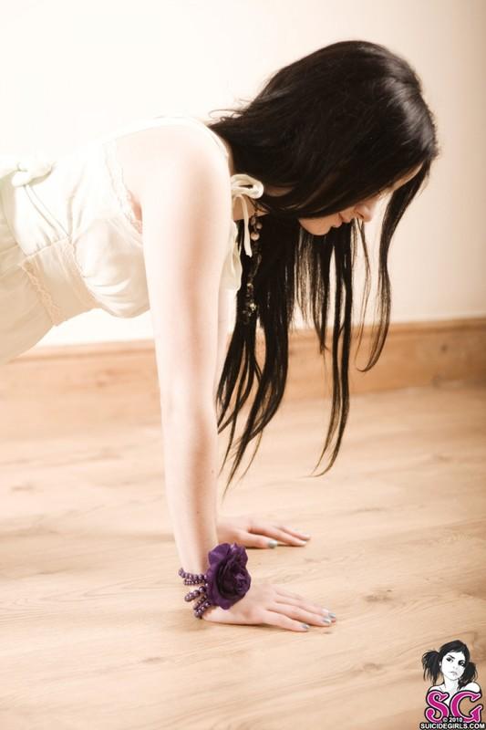 Жгучая милашка лежит на полу в одних трусиках