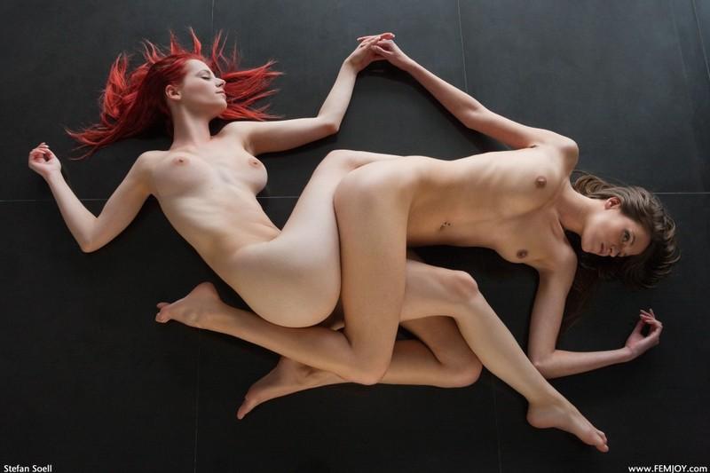 Симона и Ариэль валяются на полу без стрингов секс фото