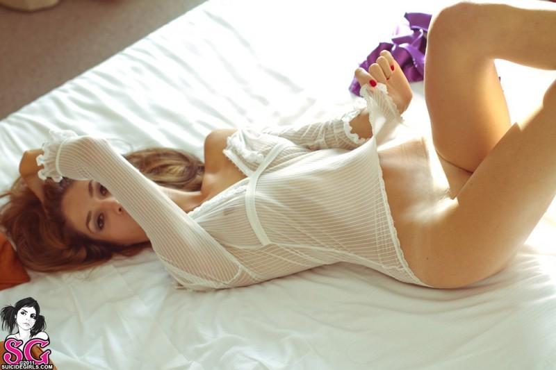 Соблазнительная Маринелла оголяет прелести в спальне