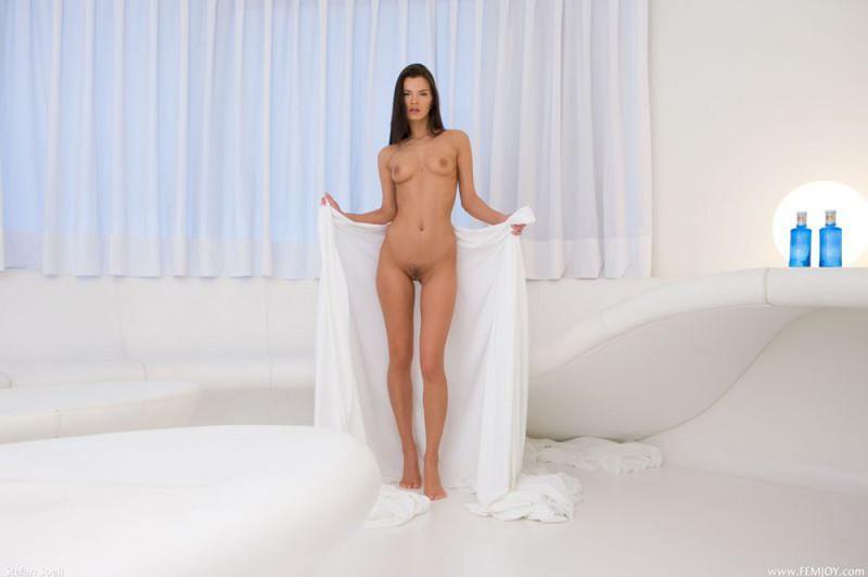 Сьюзи расположилась без нижнего белья на светлой простыни