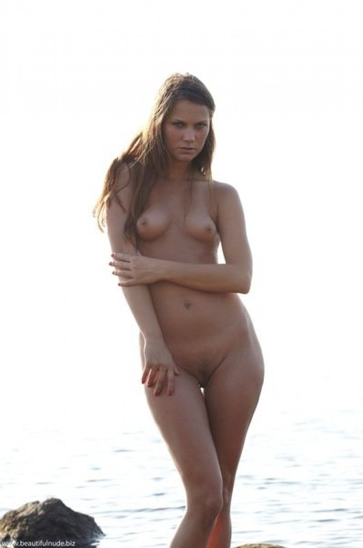 Манящая Евгения возбуждает на песке